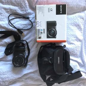 Sælger dette Sony a5000 kamera, da jeg aldrig bruger det. Jeg har mistet det dæksel som skal sidde på linsen, og har derfor trukket nogle penge fra mindsteprisen. Du får kamera, ledninger, kamerataske og et hukommelseskort på 16GB med. Mindstepris: 1800 kr.