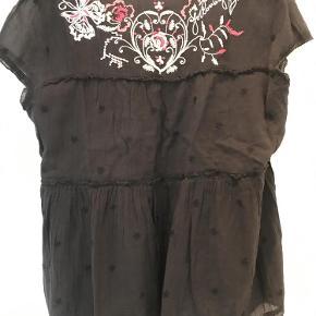 Varetype: bluse Størrelse: 3 Farve: Sort Oprindelig købspris: 900 kr.  Bluse fra Odd Molly - Aldrig brugt så fremstår som ny  Længde ca: 66 cm brystmål, målt lige under ærmet ca. 57 cm x 2 hele vejen rundt  100 % bomuld  BYTTER IKKE