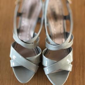 Smukke Miu Miu sandaler..  grå lak. Så godt som aldrig brugt, haft på én gang i en times tid. Str 36 men jeg er selv en smal str 37 og passer dem også. Så skal måske nok prøves.  Bud er velkomne  Bytter ikke  Original pris 3200kr   Virkelig behagelige - man føler nærmest ikke man har stiletter på.... kvalitet!!!  #miumiu  #stillet #sandal  #guld  #yvessaintlaurent #trendsalesfund