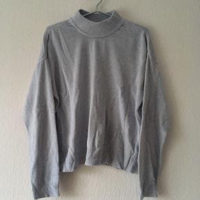 Lyseblå sweater strik højhalset, str. XL/42
