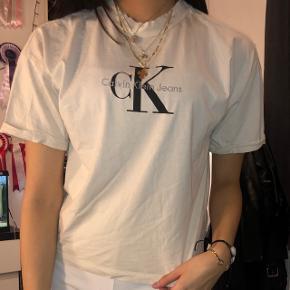 Calvin Klein t shirt str small i en creme agtig farve. Den er super flot og fås ikke i butikkerne mere så vidt jeg ved!:-) Det kan afhentes i 4420 Regstrup, eller jeg mødes i Roskilde/Holbæk:) Skriv gerne for flere billeder eller andet!💓 Tjek da også de andre annoncer ud😝