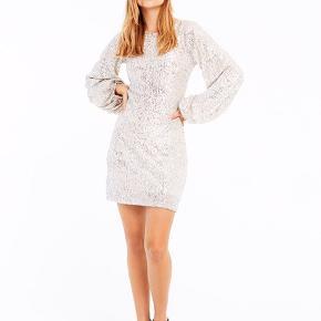 FRAKMENT ADEEL KJOLE - SØLV Mega elegant kjole Str s/m Brugt en aften🤩  #30dayssellout  Nypris var 700, sælges for 350🙌🏼  Flere billeder kan tages, hvis det ønskes  Kan afhentes i Aalborg øst eller sendes på købers regning 💳