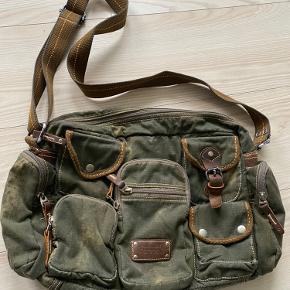 Army grøn taske med mange rum. Den er ca. 40 x 30 cm og meget rummelig.