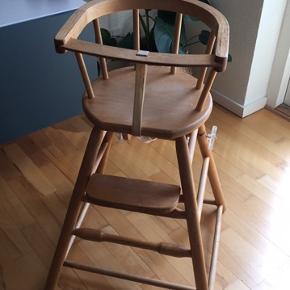Rigtig fin retro højstol i lys træ. Kan klappes sammen, så den kan bruges som legebord, hvis der lægges en plade på (se billeder) Står på hjul når den er klappet sammen, så kan køres rundt. Enkelt tvær-pind er limet på benene.