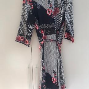 En smuk sommerkjole jeg vandt, men da det ikke er min stil sælges den :)) nypris er 700,- Sælges til højst bydende  Aldrig brugt  Køber betaler fragt :))