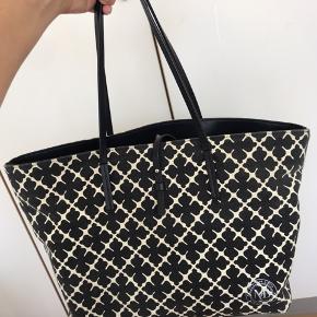 Rummelig taske som er godt egnet til skolebrug eller arbejde. Den har lidt brugstegn ved bunden, siderne og indeni :-)