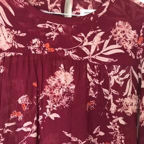 Skøn bluse i det fineste print fra second female. Har været på én gang.   Se også at jeg har nederdelen, der passer til🌷
