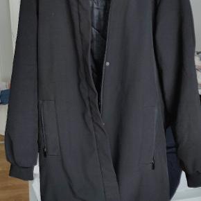 Overgangsjakke/vinterjakke  Er stadig i god stand, pels i hatten og har lynlås lommer foran
