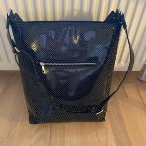 Unlimit taske i sort. Brugt få gange og er i god stand 😻 np. 600kr