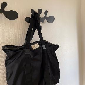 Sælger min DAY taske! Den fejler ikke noget udover at der et lille hul i bunden, men det ligger man ikke mærke til!🤍 BYD er meget åben for bud!