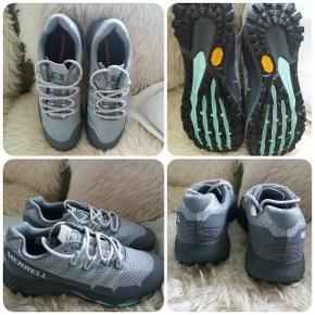 Løbe/vandre sko str 38,5  Merrell Agility Peak Flex 3/2019 (vibram) købt i byen Caminha/Portugal på caminoen i maj i år. Kun prøvet en time indendøre (købt med nedslag for kr 1000,-) læs evt om skoene på google