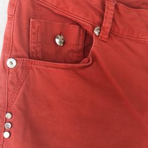 PIESZACK jeans i flot klar farve, uden at være for meget. Moderat rise & slim fit. Flotte påsyede nitter på baglommerne. God pasform. Str 29