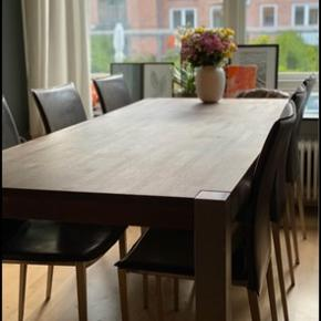 Spisebordet med stoler  Bordet: Mokkafarvet oliebehandlet egetræs spisebord med ben i børstet stål. Fra ILVA (Model: XIBIT) Har brugsspor. Mål: b: 90 l: 220 cm  2 plader medfølger på hver 50 cm. Den ene plade buer en smule, men kan sagtens bruges.  Bordet m. Plader: 1.499 kr.  Stolene (8 stk.): Bredde: 42 cm. Sædehøjde: 47 cm. Mørkebrunt kunstlæder med ben af børstet stål. Fra ILVA. Bordet med stole: 2.000 kr.