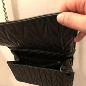 Fin taske brugt 1 gang og fejler derfor ikke noget. Fin til fest, by samt hverdagsbrug. Købt på ASOS for 6 mdr siden.  Kom med et bud og se gerne mine andre annoncer. Mængderabat opnås