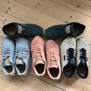 """Forskellige WODEN 👟 sælges. Skoene er virkelig behagelige og affjedrende med deres korksåler og er super populære, lavet af et dansk firma. Jeg sælger dem dog da jeg desværre ikke går godt I dem grundet en ankelskade.   Alle skoene er i str. 37 og i modellen Nora II.  De grønne 🌲: ❌———SOLGT!!!! ————❌ Er brugt en enkelt gang og fremstår derfor næsten som nye. De er i glat stof med russkinsdetaljer .  Np: 600 kr. Sælges for 400 kr.  De prikkede 🦓: Er en limited model og er med kort pels i dalmatiner prikker. De fåes ikke mere så de er et scoop at eje.  Skoene er brugt et par gange men har ingen bemærkelsesværdige slid-spor. Np: 800-900 kr. Sælges for 450 kr.  De lyserøde 🎀: Er brugt flere gange, men fremstår stadig pæne og rene og har ikke rigtigt nogen brugsspor. De er i """"flettet"""" stof som giver et rigtig fedt udtryk. Np: 700 kr. Sælges for 300 kr.  De grå/blå 👽: Er sprit nye og aldrig blevet brugt. De er i samme """"flettet"""" stof som de lyserøde og farven er lys grå henimod dueblå. Np: 700 kr. Sælges for 475 kr."""