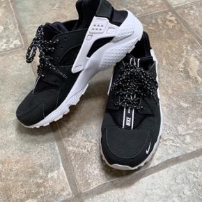 Lækre Nike sneakers, små i størrelsen. Sendes på købers regning