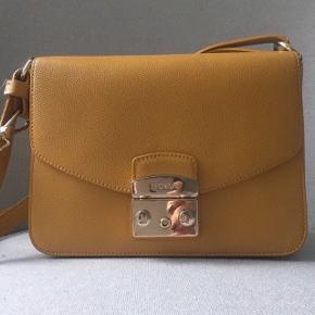 Overvejer at sælge min smukke, gule taske fra Furla.Den er brugt ganske lidt, og er derfor i super stand.  Bud er meget velkomne ⭐️