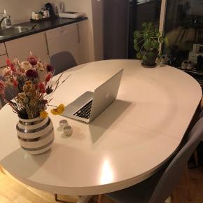 Hvidt spisebord fra IKEA. Købt for 2 år siden. Sælges grundet flytning.  Bordet ses på billedet i fuld størrelse men kan slåes ind så det bliver rundt.  Der ses en smule tegn på slid efter brug.  Kan afhentes i Viby J (Viby Torv) efter 1/12 :-)  Kom gerne med bud