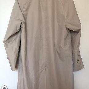 Vintage trenchcoat, mangler en enkelt knap ved den ene lomme. Der står ikke størrelse i frakken men er selv en str m.