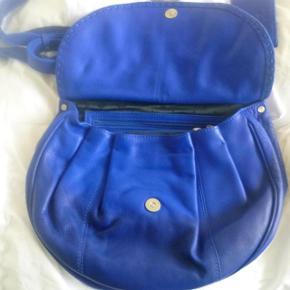 Varetype: Koboltblå lækker taske fra Adax Størrelse: 28 x 31 x 10 Farve: koboltblå Oprindelig købspris: 1499 kr.  Lækkerkoboltblå  taske fra Adax  ligget i skabet 2 år i dustbag, som medfølger.  ALDRIG BRUGT da jeg har en større i samme farve, som jeg har brugt.  Længde  28 cm , højde 31 cm og bredde i bunden 10 cm  Tasken kan gå crossover.