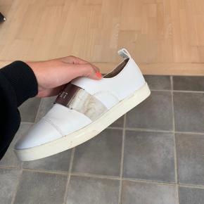 Skoene er ikke brugt specielt meget, men er lidt beskidte, bliver selvfølgelig renset!