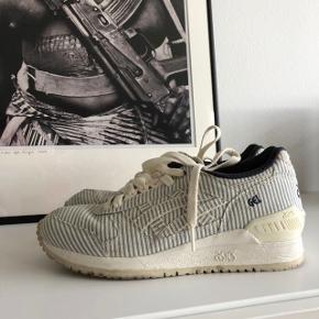 Sælger disse Asics sneakers. I rigtig fin stand, skal bare lige renses en smule, så er de nærmest så gode som nye 🤗 skoen er str. 38 og købt hos Naked i 2016.  Pris her er ekskl. Fragt eller ved afhentning