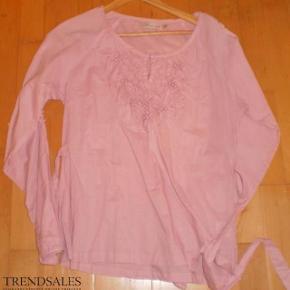 Varetype: Bluse NY Farve: Rosa Oprindelig købspris: 449 kr.  Yndig bluse  Bryst 2*51  Pris 100 pp