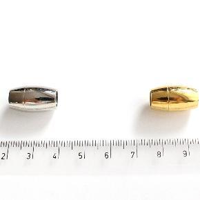 Helt nye magnetlåse i blankpoleret eller mat rustfrit stål og med Swarovski krystaller. Magneten er stærk og solid. Perfekt til 5-6 mm lædersnor.  Blankpoleret og mat lås måler 10 x 18 mm Indre diameter: 6 mm Låse med krystaller måler 12 x 18 mm Indre diameter: 6 mm Nikkelfri.  3 stk koster i alt 75 kr. 10 stk koster i alt 200 kr.  Der er flere stk udover dem der ses på billedet.  Kan sendes med sporbar post til 36 kr. eller afhentes på Amager nær Amagerbro metro.