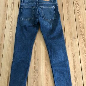 Slim fit jeans, str. 28/30. De er lagt lidt op, så de passer til højde 160 cm. De er medium høj taljede og med strecht. I super stand.