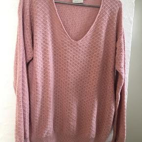Skøn trøje i 100% bomuld Længde ca 66 cm Brystvidde 57 cm x 2 = 114 cm