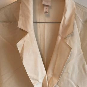 Smuk lang skjorte i let gennemsigtig stof. Den er lidt løs og oversize i pasform.