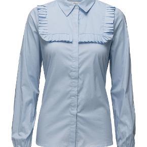 Fin bomuldsskjorte med flæser. Brugt en enkelt gang