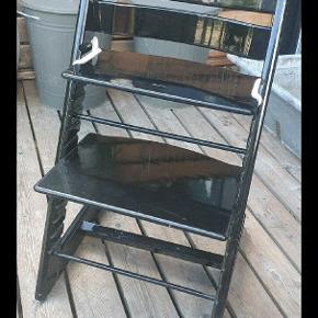 Gammel trip trap stol som har fået en sort højglans hos en autolakør, små brugsmærker, sender gerne billeder. 2 medfølgende holder til babysele  (selen haves ikke mere, da der blev brugt den sele som hørte til barnevognen)