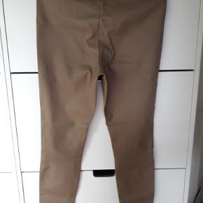 Elenasoo Skindleggings/bukser med en perfekt pasform. Bukserne er brugt 1 time Der er IKKE mærker, flænger, huller eller pletter, og bukserne er ikke syet om. De er helt perfekte. Farven er lys khaki (sidste års farve) Mål: Inderben  80 cm, skridthøjde for 29 cm, bag 44 cm. - liv fladt 90 cm, strukket 110 cm Sælges da de er for store