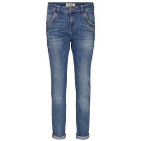 Lyse, blå Jaime jeans med sten og nitter foran fra Mos Mosh med stretch. Vaskes ved 30 grader - købt for stor - kun brugt 3 gange