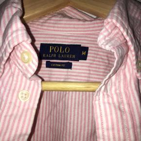 Sælger min lyserøde og hvide stribet skjorte da jeg aldrig får den brugt. Den er brugt en eftermiddag for mange år siden og er derfor ikke perfekt stand.  Byd endelig.  Købte den for 800kr i magasin