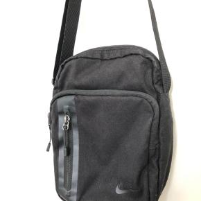 Crossbody taske fra Nike. Den er brugt, men endnu i meget fin stand.  Byd gerne.