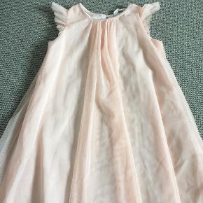 Fin kjole med tyl glimmerstof. Afh i 6710