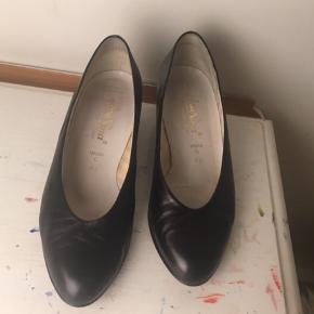 Fine sorte kitten heels. Har købt brugt, dog aldrig selv brugt dem, da de var en smule for store til mig. Hæl: 4 cm Kan mødes i indre by og kan sende. Er åben for bud(: