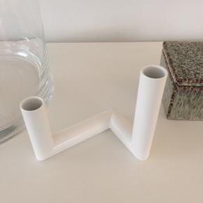 NUR Pipeline lysestage i hvid, som også kan bruges som vase til enkelte blomster. Den måler 13 x 9 x 13 cm. Materialet er pulverlakeret stål. Stagen er som ny da den blot har stået til pynt. Der har aldrig været blomster og vand i den.
