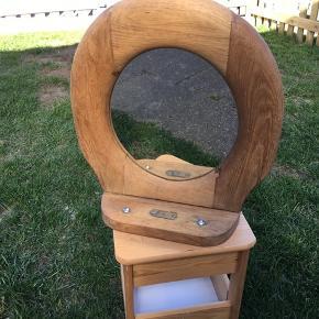 Sjældent vægspejl oprindeligt et gammelt træ toiletbræt der er udsmykket med et spejl.  Afhentes på 8270 Højbjerg . Reserverer gerne når halvdelen af beløbet betales ved reservationen .