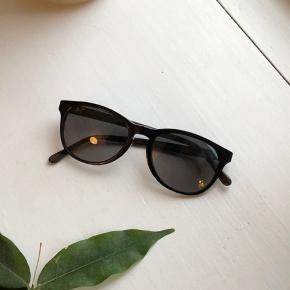 Pau Hana solbrille fra Maui Jim i sort og brun - inkl etui. Fremstår i fin stand med lidt brugsspor.  Nypris: 1550 kr