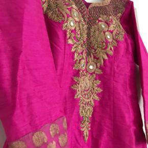 ✨ Smuk Indisk kjole i ceriserød silke med håndbroderet detaljer. Købt i Indien og haft på 1 gang til et Sikh bryllup.   ✨ Str. 40 ( figursyet )  ✨ NP: 800kr da det var håndlavet hos en skrædder   Er åben for bud 💫