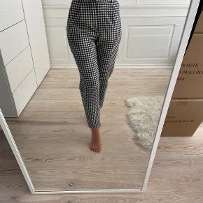 Højtaljede ternede pæne bukser fra Zara i str XS. Sort og hvid. Bukserne er som nye. Sælges da jeg ikke får dem brugt. Sælges for 120 kr. Kan afhentes i Kbh K eller sendes med dao til pakkeshop. Jeg giver mængderabat ved køb af flere ting - se mine andre annoncer