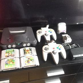 Nintendo 64 incl, diverse spil, og forskellige joystick plus andet udstyr...   Alt er testet efter, og virker fint..   Der er følgende :   Nintendo 64 konsol, incl strømforsyning, og 1 joystick. (Mangler af kabel, men kan købes herinde for 40-50.kr). 350.kr  1 originale joystick 175  4 uoriginale joystick 125.kr pr stk for de grå, og 100.kr pr stk for de sorte  1 transfer pak 75.kr  1 men card 75.kr  1 Diddy Kong racing 225.kr  1 Super Mario 64 160.kr   1 Body harvest 60.kr  1 Rayman 2 120.kr   Tag evt det dele for 1200.kr, og spar 490.kr samlet..     SE OGSÅ ALLE MINE ANDRE ANNONCER.. :D