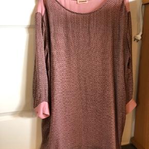 Smuk silkekjole i rosa toner med tilhørende underkjole. Skøn at have på.