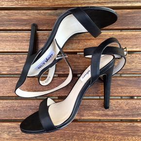 """Sorte NLY Shoes stiletter i str. 35  Spændes rundt om anklerne med """"snorene""""  Har været brugt en enkelt gang indendørs, så der er ingen tydelige brugstegn. Ekstra stifter til hælene medfølger desuden  Der følger ingen æske med til skoene"""