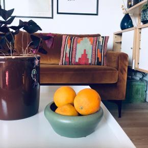 Smuk mintgrøn skål 🌸 har en super størrelse til enten slik, frugt eller andet dimseri. Smuk grøn glasur 🔆 måler ca. 17 cm i diameter på bredeste led, 12 cm i diameter i bunden og 7 cm i højden.   Bemærk - afhentes ved Harald Jensens plads eller sendes med dao. Bytter ikke 🌸  ✨ Skål retro loppefund grøn mint mintgrøn blå keramik glasur stentøj