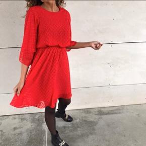 Smuk rød kjole ♥️🌲♥️ kan bruges til hverdag, men også fest. Passer helt perfekt til fx jul eller julefrokost🥰