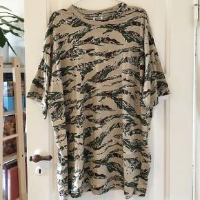 oversize t-shirt dress fra Weekday  Brugt 2 gange, er som ny :) Str small   Kan sendes med DAO eller afhentes i Aalborg :)